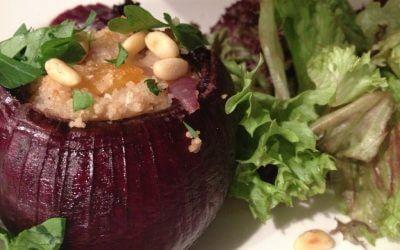 Rode ui gevuld met geurige couscous