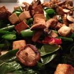 Noedelsalade met paddenstoelen, tofu en sesam