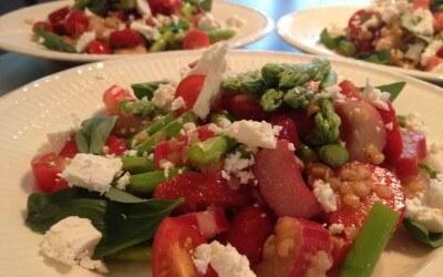Zomerse salade met rabarber, aardbei, asperges en linzen