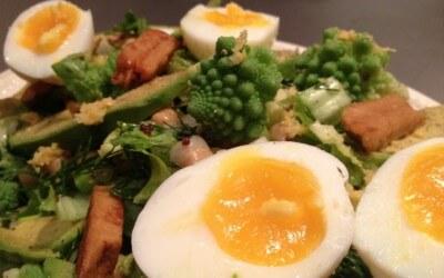 Salade met romanesco, kikkererwten en een eitje