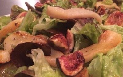 Salade met vijgen, peer, pistache-labne en lavendeldressing