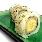 Vega sushi: Urumaki met tempura-banaan en hennepzaadjes