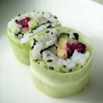 Vega sushi: Urumaki met avocado, komkommer, lente-ui en rode biet