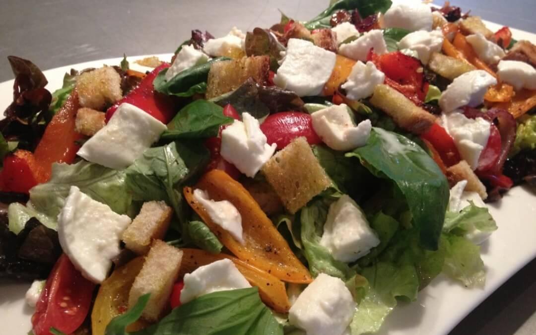 Italiaanse salade met geroosterde paprika, mozzarella en croutons