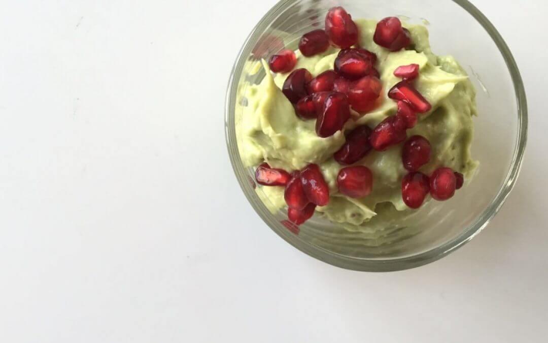 Vegan limoenmousse met granaatappel