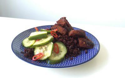 Zwarte rijstsalade met tofu en ingemaakte komkommer
