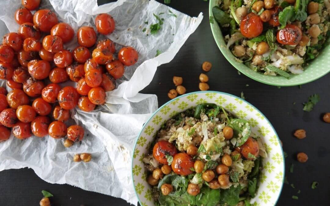 Quinoa salade met waterkers, cherrytomaatjes en geroosterde kikkererwten