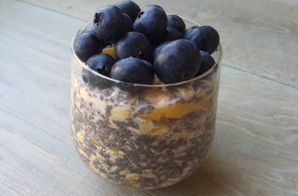 Overnight oats met chia, mango en blauwe bessen