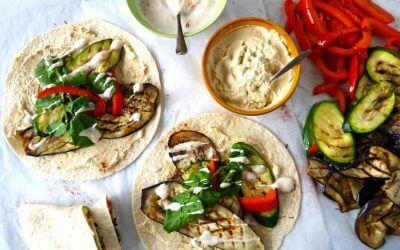 Wraps met hummus, gegrilde groenten en yoghurtsaus