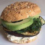 Vega burger met zeewier, aubergine en avocado