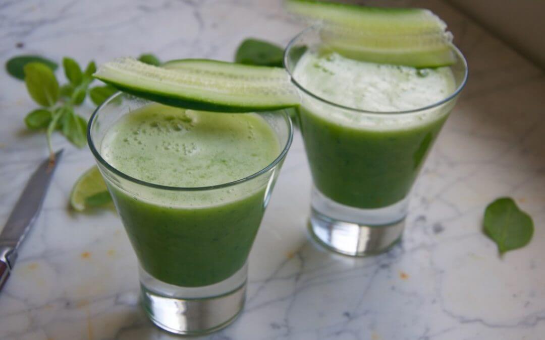 Groene smoothie met komkommer en basilicum