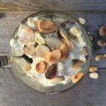 IJs van yoghurt met pistache en amandelen