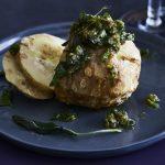 Gepofte knolselderij en knoflook met noten-saliesaus