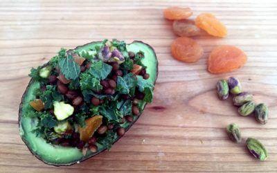 Gevulde avocado met linzen, boerenkool, pistache en abrikoos