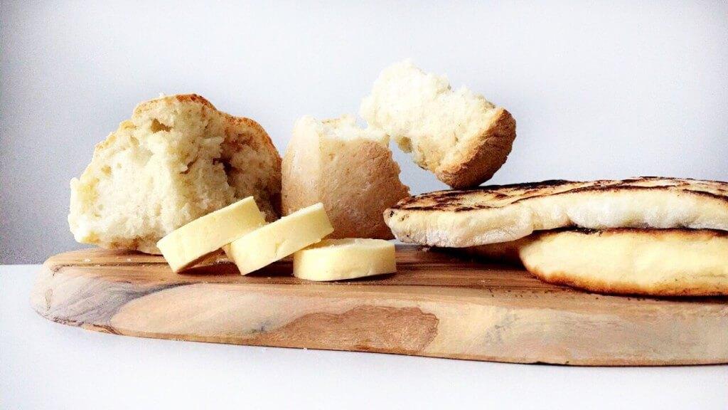 Kerstmenu: platbrood en broodjes met boter