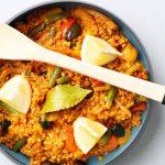 Vegetarische paella met olijven en venkel