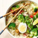 Thaise noedelsoep met knapperige groenten