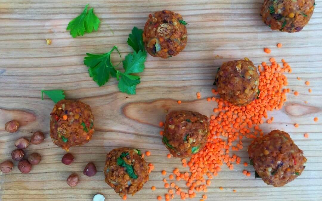 Linzenballetjes met noten en pesto