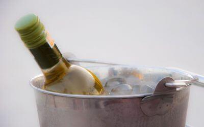 Hoe koel je witte wijn snel af?