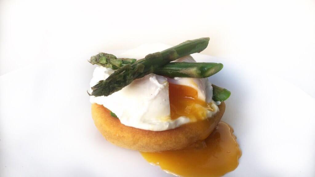 Paasmenu: zoete aardappel blini's met ei en groene asperge