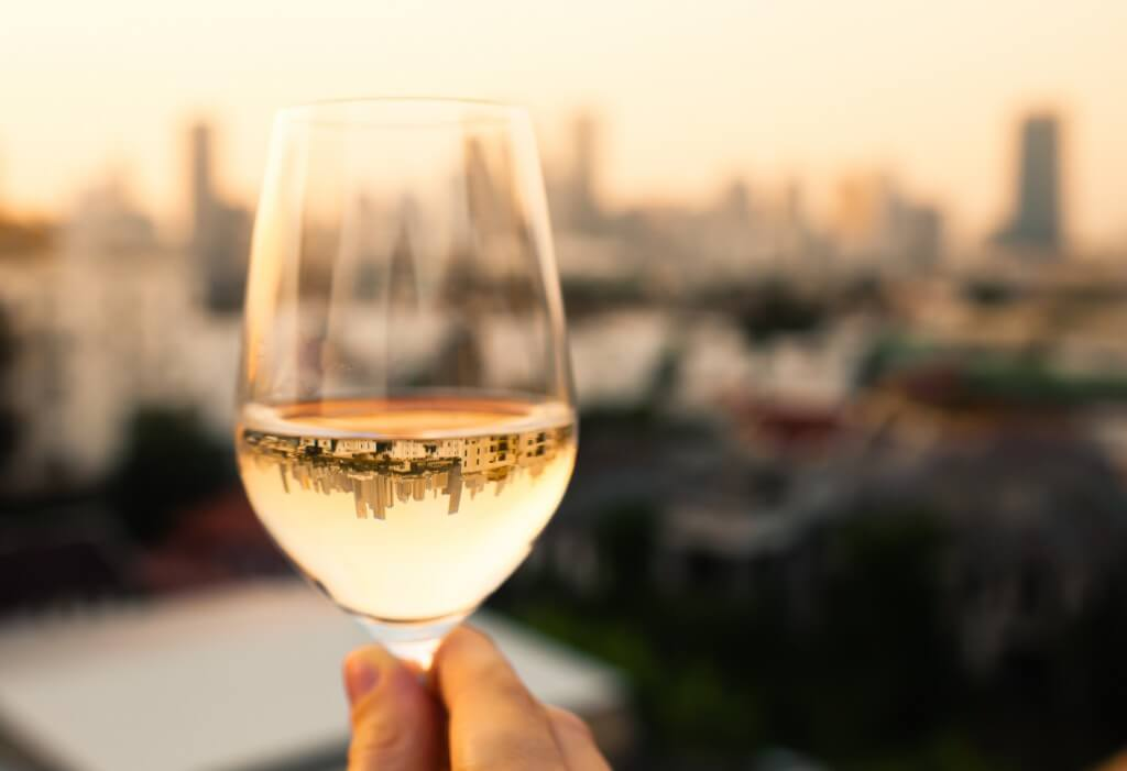 Op welke temperatuur serveer je witte wijn?