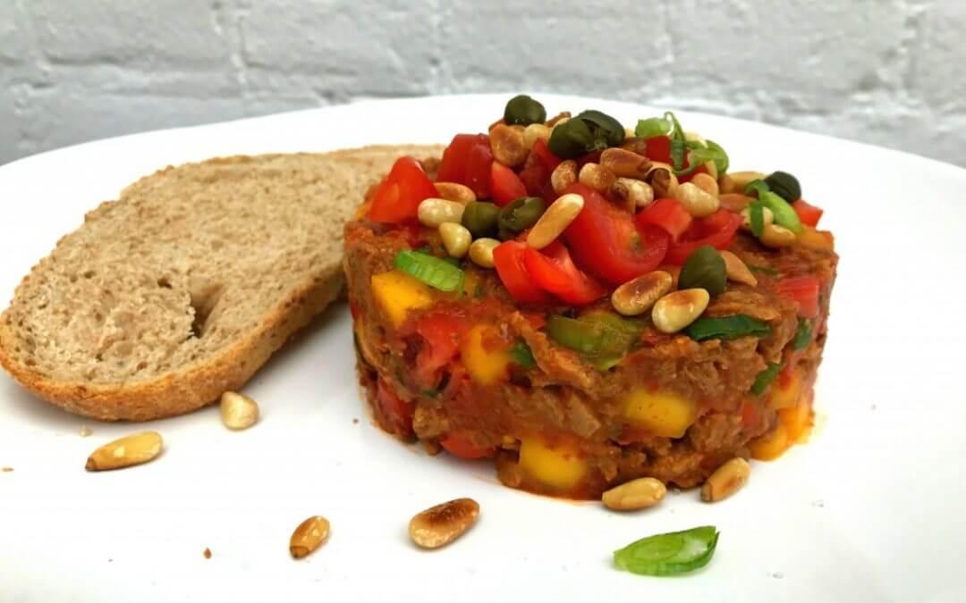 Vegetarische steak tartare met tomaat en mango