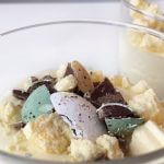 Paasmenu: witte chocolade mousse met topping van paaseitjes