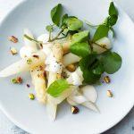 Aspergesalade met citroenmayonaise, waterkers en pistache