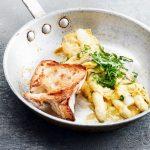 Omelet met asperges, zuring en getoast brood