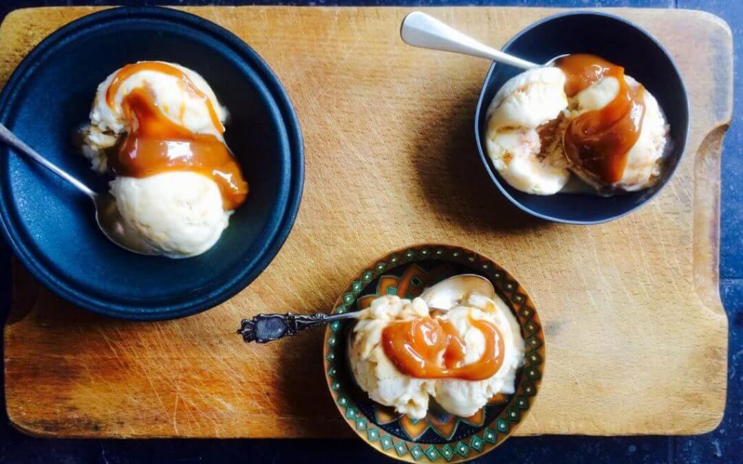 Zonder ijsmachine: meringue-karamelijs