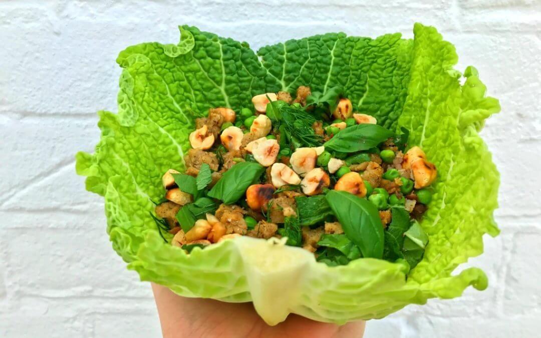 Groene koolwrap met vegan gehaktsalade en doperwten