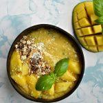 Zomerse smoothie bowl: Mango met basilicum
