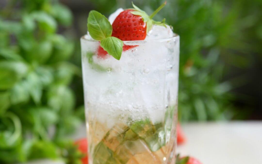 Shrub met aardbeienazijn, bruiswater en basilicum (alcoholvrij)