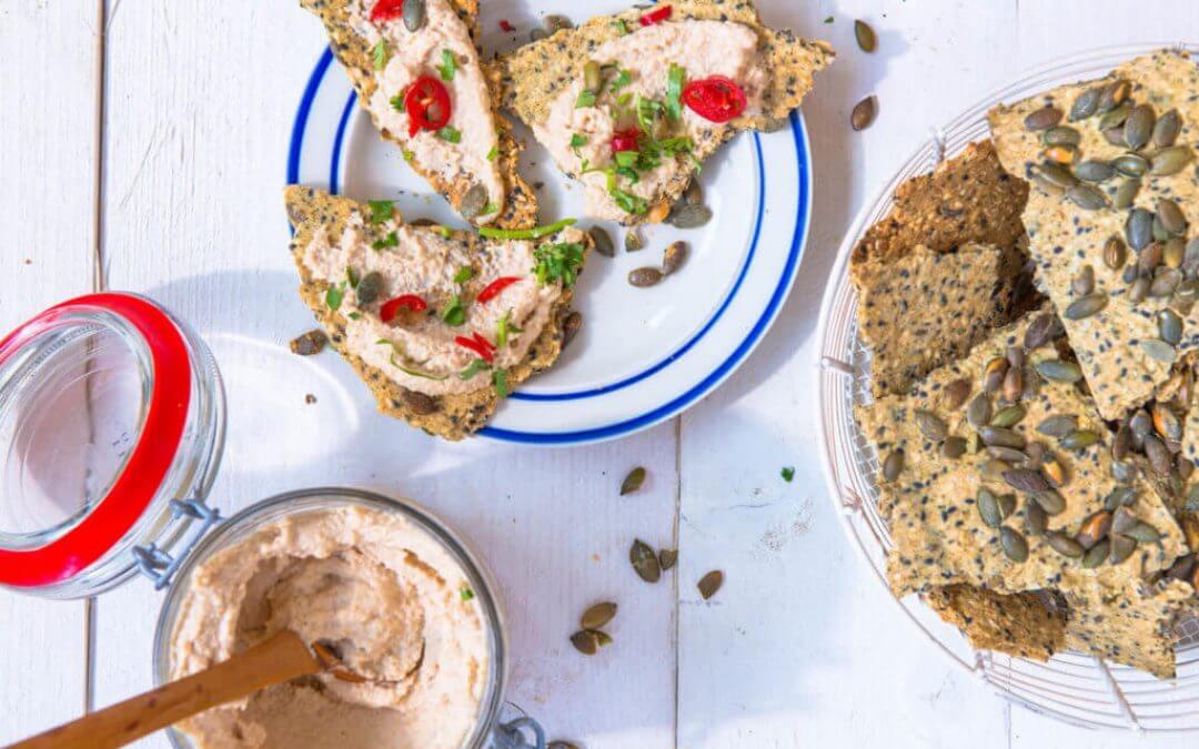 Homemade pompoencrackers met vegan roomkaas