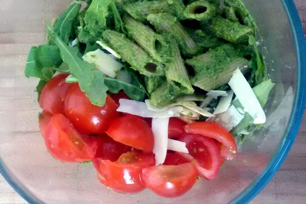 Snelle pasta: rucolapesto en edelgistvlokken