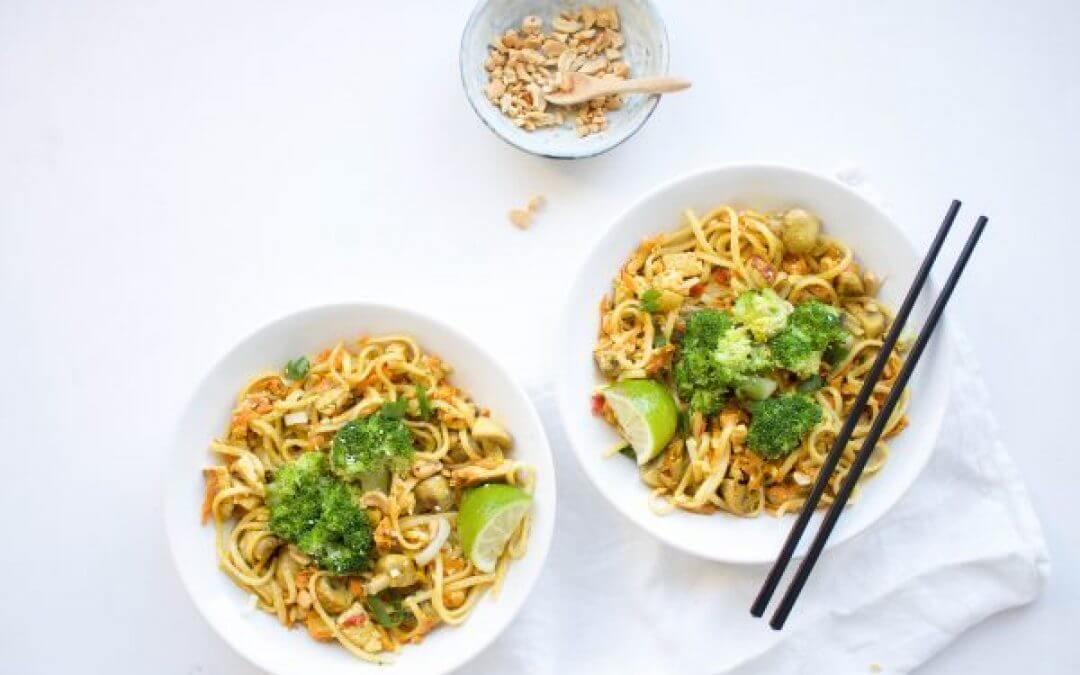 Groene currynoodels met tempeh, broccoli en cashewnoten
