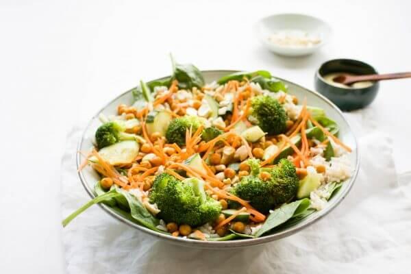 Thaise currysalade met rijst, kikkererwten en currydressing