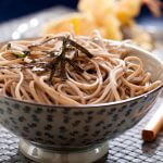 Japanse sobanoedels met zeewier en edamame