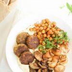 Hummus plate met falafel, geroosterde kikkererwten en groenten