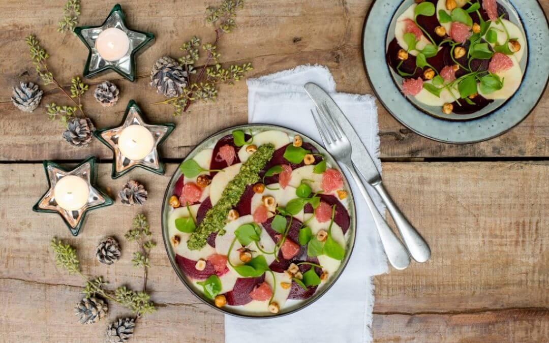 KERST: Rode bieten-appel carpaccio met boerenkoolpesto en geroosterde hazelnoten