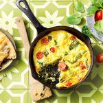 TASTY & EASY: Indiase frittata met naanbrood