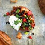 Gevulde zoete aardappel Chicken Style met zwarte bonen en paprika