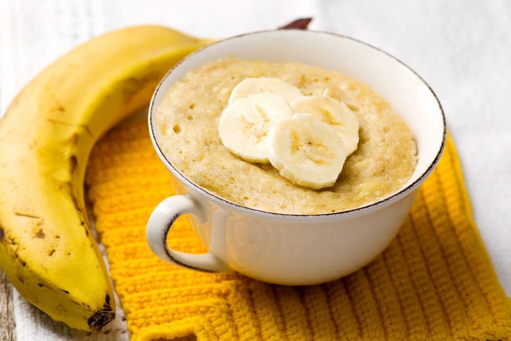 Mug cake met banaan en cashewnoten uit de oven