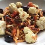 VEGGIE in 20 minuten: spaghetti alla puttanesca met bloemkool uit de oven