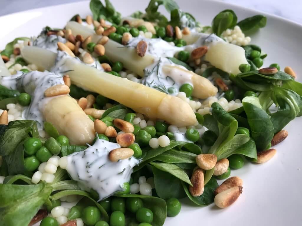 VEGGIE in 20 minuten: asperge salade met parelcouscous