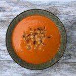 VEGGIE in 20 minuten: geroosterde paprikasoep met kikkererwten en pijnboompitten
