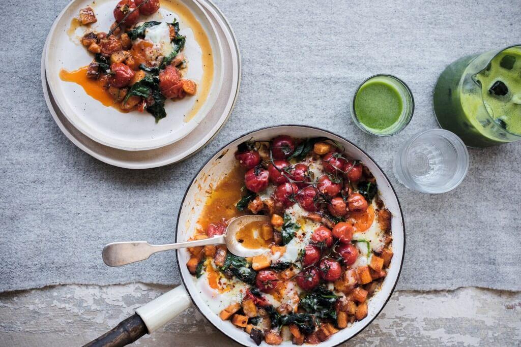 Feestontbijt met eieren, tomaatjes, pompoen en kaas