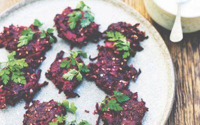 Scandinavische keuken: bietenkoekjes met mierikswortelsaus