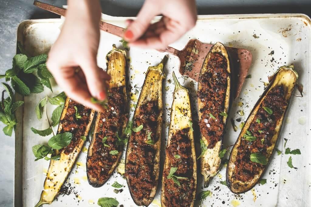 Libanese keuken: gevulde aubergine met bulghur, walnoten en munt