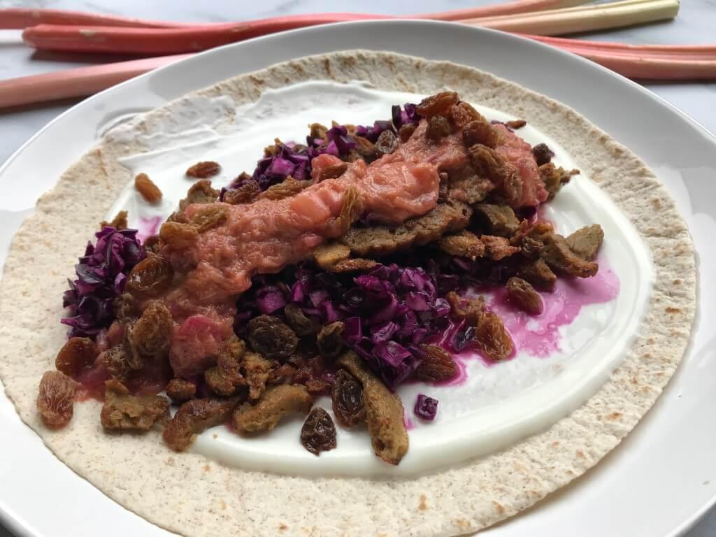 VEGGIE in 20 minuten: wraps met vega shoarma, rode kool en rabarberchutney